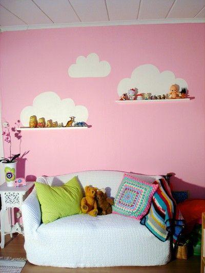 Pintar nubes en la pared sobre unas baldas: