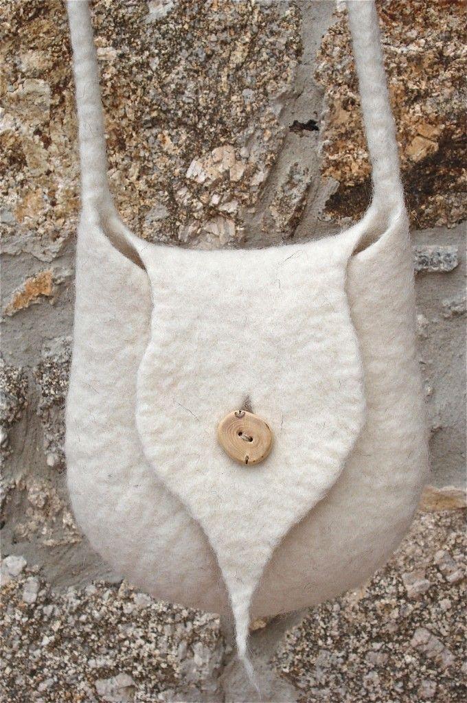 Petit sac en pure laine de mouton, sans coutures, épais et très résistant. J'ai fabriqué le bouton avec du buis récolté dans les montagnes des Cévennes méridionales. Dimensions: hauteur: 19,5 cm, largeur: 19 cm, longueur de la bandoulière: 122 cm. […]
