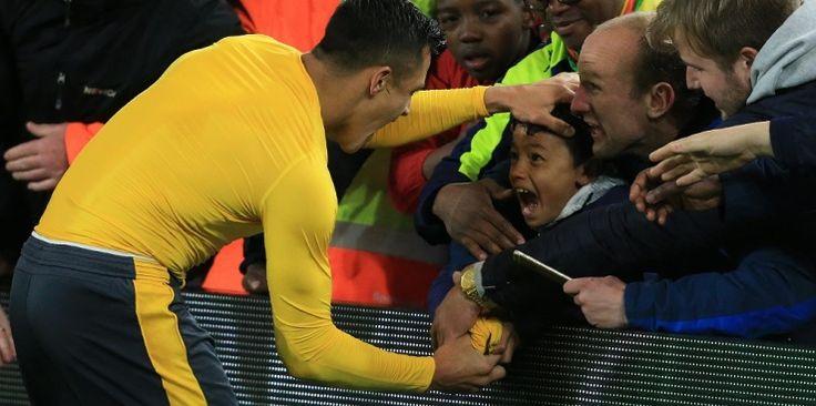 Alexis Sanchez a fait chavirer son public. Par deux fois. En déplacement à Middlesbrough, l'attaquant chilien a d'abord marqué sur un sublime coup-franc pour donner l'avantage à son équipe (0-1, 42e). Puis, après la courte victoire importante dans la course à l'Europe (1-2), le Gunner a ravi un jeune supporter des joueurs d'Arsène Wenger. Un cadeau qui pèse 19 buts en Premier League Avec un objectif dans le viseur, Sanchez a couru vers la tribune ...