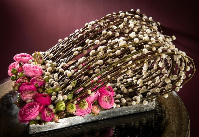 Salix 'Kolmasil' Ranunculus, pink aluminium dish Oasis® floral foam Secure the floral foam with skewers. Bend the Salix branches and attach them with an iron wire to create a loop. Stick all of the...