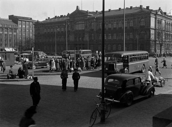 1940 -luvun lopulla . Liikennettä Rautatientorilla