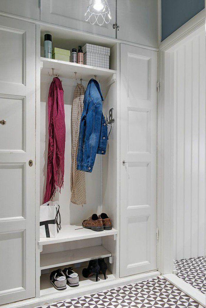 Décorer un couloir. Un paire de chaussures et des vêtements suspendus.