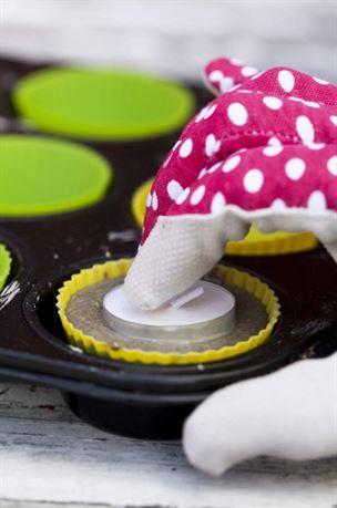 1. Gjut i muffinsformar av silikon och få söta hållare till värmeljusen. Ställ formarna i en muffinsplåt så håller de formen. Häll på betong och skaka betongen slät. Pressa ned värmeljus.