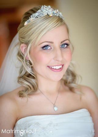 Acconciatura sposa semiraccolta con diadema. Una creazione di Luna Visage. Guarda altre immagini di acconciature sposa: http://www.matrimonio.it/collezioni/acconciatura/2__cat