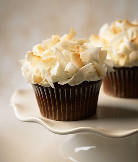 coconut cupcakes: Coconut Crazy, Cupcake Yummy, Chocolates Coconut Cupcake, Cupcake Cafe, Coconut Cupcakes, Secret Cupcake, Coconut Curls, Cupcake Gallor, Chocolates Cupcake