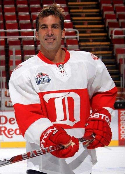 Chris Chelios with the 2009 Winter Classic jersey