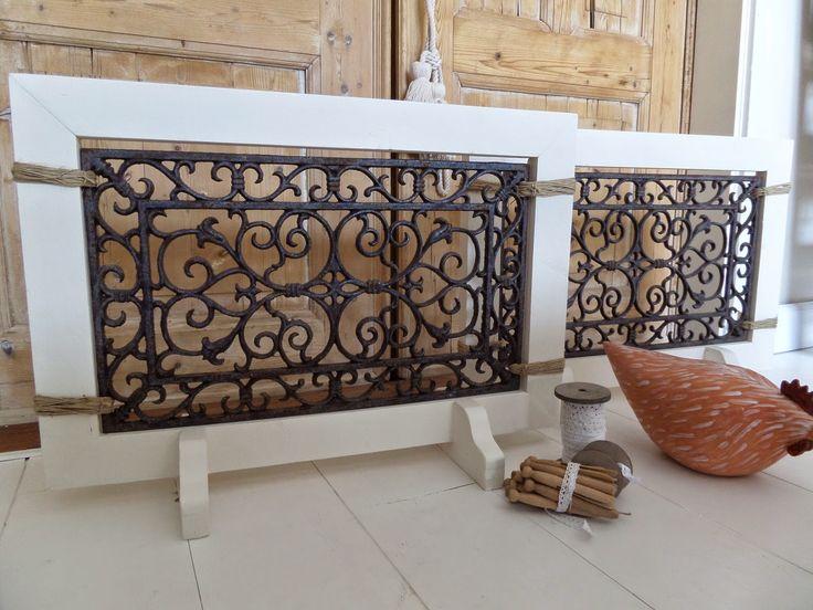 gietijzeren deurmat in houten lijst, leuk om voor de verwarming neer te zetten