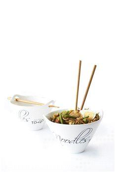 Noodles to go van Rivièra Maison.  Noodles worden in Oost Azië op bijna elk moment van de dag gegeten. Heerlijk en ook nog eens in een handomdraai gemaakt. Probeer eenvoudige recepten uit en serveer de mie in de Noodle Bowl en iedereen zal genieten, ook al is eten met de bijgeleverde stokjes nog wel een hele kunst.