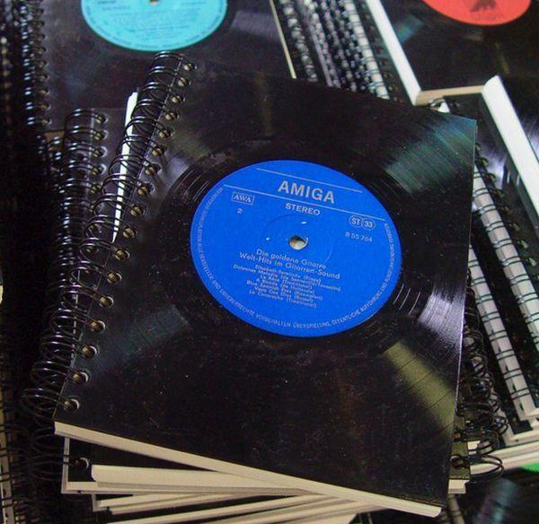 Capa de caderno feita com disco de vinil!
