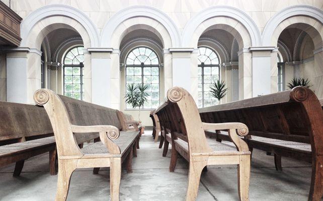 Hölzerne Bänke der Schlosskirche
