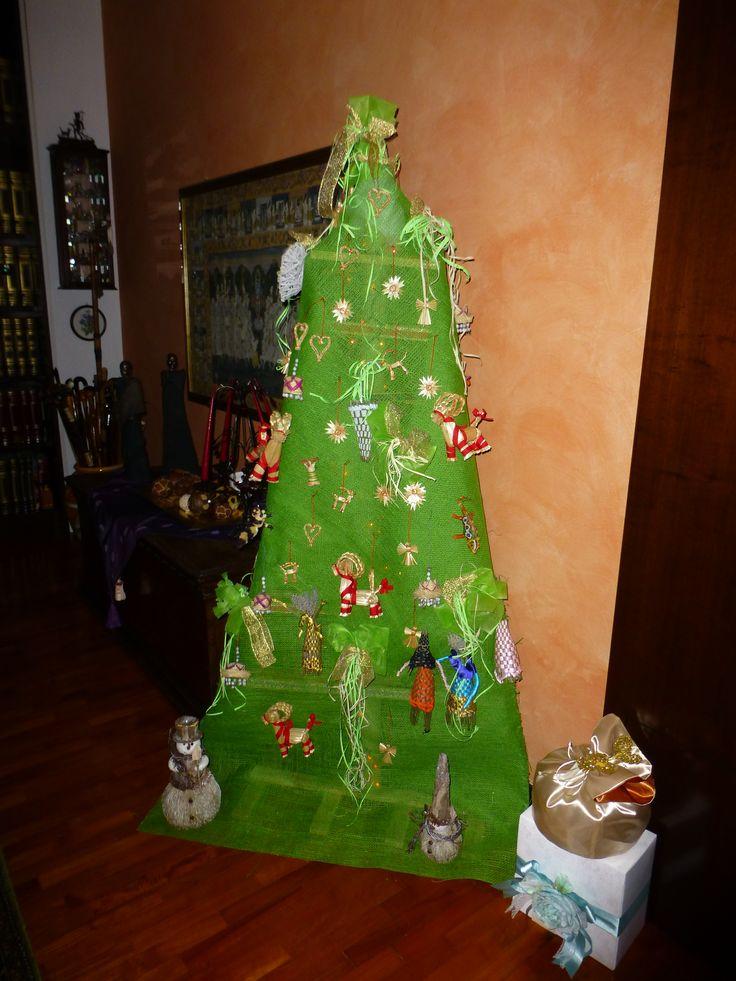 Mio albero di natale 2014 fatto con armatura di legno, tela juta, e oggetti di paglia svedes e di rafia di Madagascar