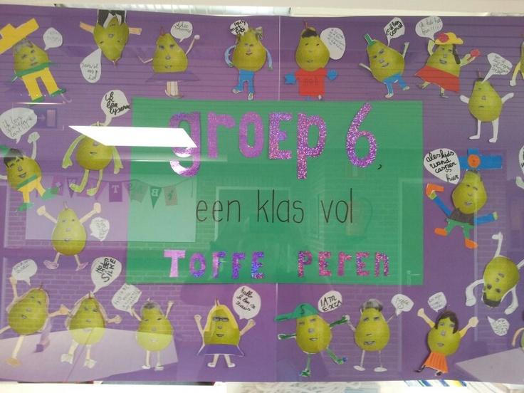 Poster waarop alle kinderen van de klas staan. M.b.v. hun pasfoto, een geprinte peer en gekleurd papier maken ze van zichzelf een 'toffe peer'.