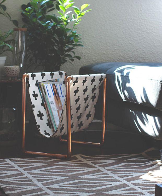 Revisteiro feito de cano de cobre e tecido