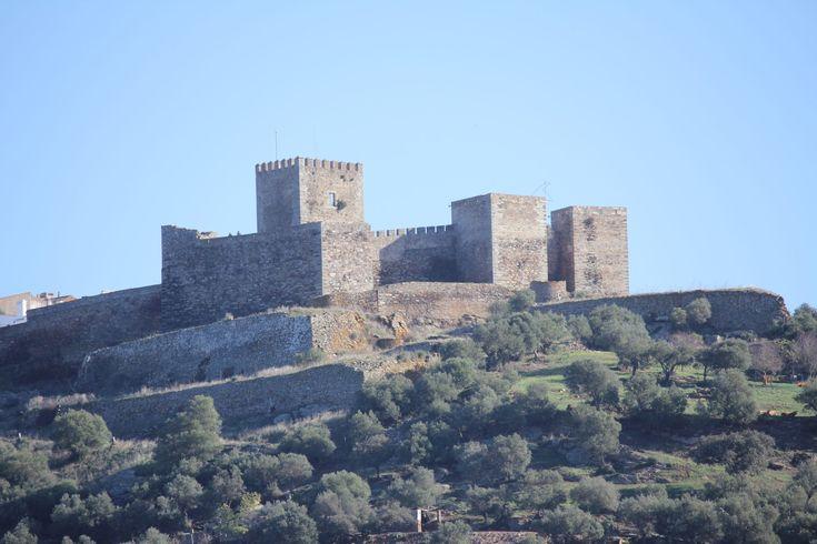 Pertencente ao concelho de Reguengos de Monsaraz, o castelo de Monsaraz remonta ao século XIII, ao reinado de D. Afonso III