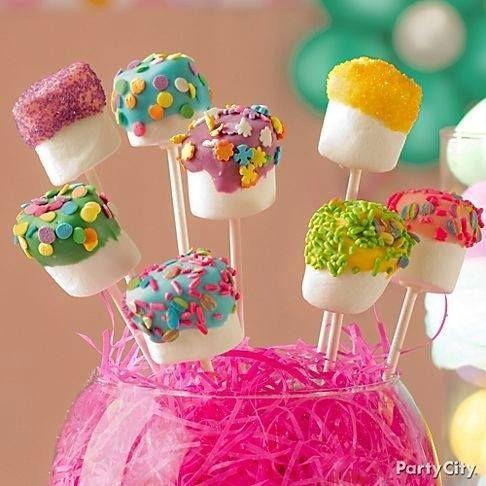 Marshmallows die je heel snel en gemakkelijk kan maken.Steek een stokje in de marshmallow,dompelen in gesmolten chocolade en vóór ze stollen rollen in snoep bolletjes,gekleurde suiker,gehakte walnoten,gemalen koekjes,kokosnoot, enz...