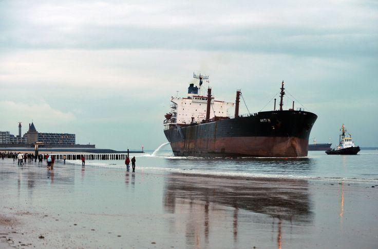 grote boot aan strand bij Vlissingen