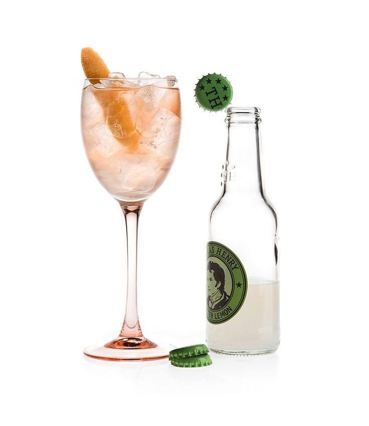 Lemon Rosé - ein Drink mit Thomas Henry Bitter Lemon und Lillet Rosé. Der zart-rosafarbene Touch im Glas macht sich besonders schön zu Hochzeiten.