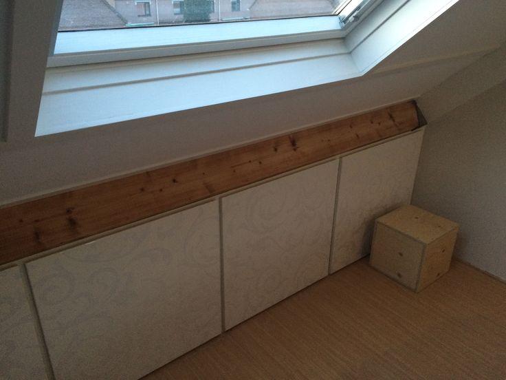 17 beste idee n over knieschotten op pinterest mantel kabeljouw badkamer zolderopslag en - Plafond met balk ...
