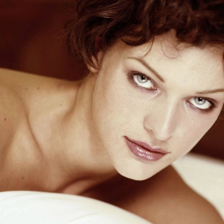 Milla Jovovich HD IPad Wallpaper