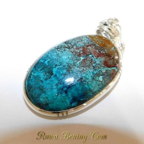 Liontin dengan batu chrysocola dengan warna biru yang indah dengan bercak berwarna hitam yang menjadikanya terlihat semakin artistik. Ideal untuk anda yang ingin berpenampilan lebih natural. Hasil perkerjaan sangat rapih dan halus, di desain dan di produksi oleh salah satu pembuat perhiasan fashion di Amerika Serikat.