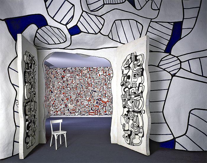 Art, deco, design : Les 10 lieux incontournables a voir a Paris et autour  La fondation : L'œuvre totale de Dubuffet    Entrer dans la Closerie Falbala, c'est entrer dans la tête d'un artiste, celle de Jean Dubuffet précisément. Il a conçu ce lieu comme « la figuration mentale d'un paysage » autour de sa villa, et l'a construit, en béton et résine epoxy, entre 1970 et 1973. Classée monument historique, cette enceinte de 1610 m2, dont les murs atteignent jusqu'à 8 mètres de haut, se visite…