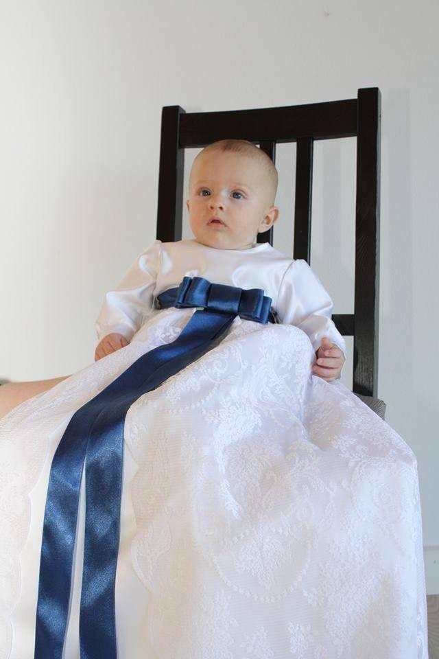 Dåbskjole i hvid brudesatin med blonde på skørt der er åben fortil