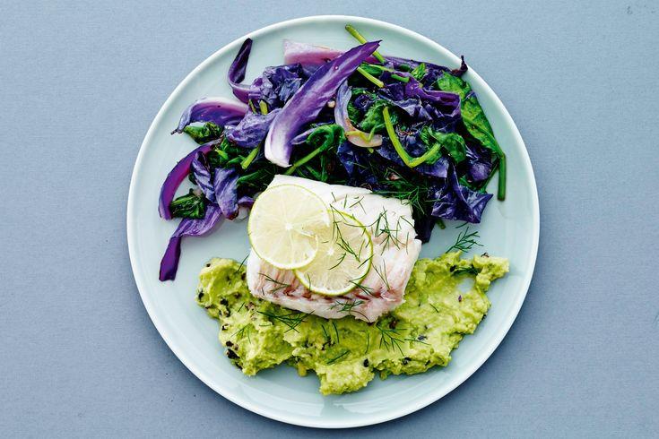 Spis dig til en flad mave med I FORM-kurens opskrifter. Prøv f.eks. bagt torsk med lime på avocadomousse og lynstegt kål.