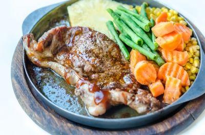 Einen Anabole Diät Ernährungsplan zu erstellen ist nicht einfach. Das aufgeführte Beispiel enthält Muskelaufbau Rezepte für Frühstück und Abendessen.