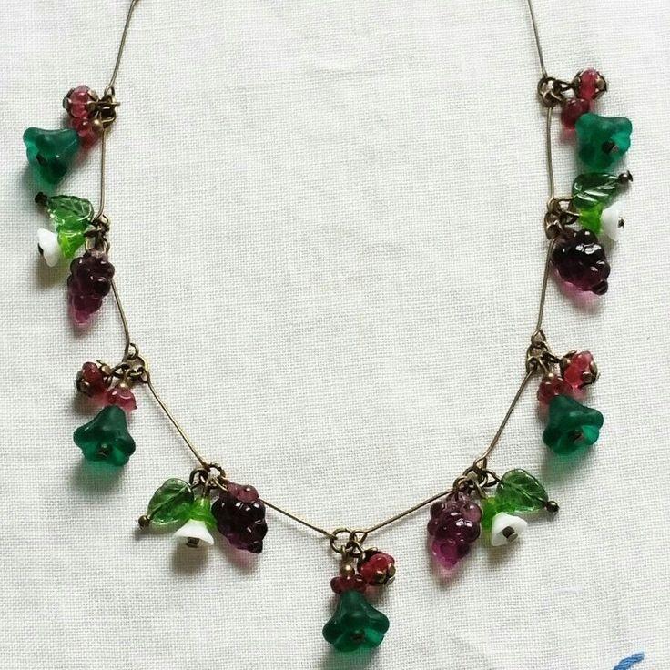 Collana con charms in vetro verdi, bianchi, lilla e viola assemblata a mano con filo metallico bronzo