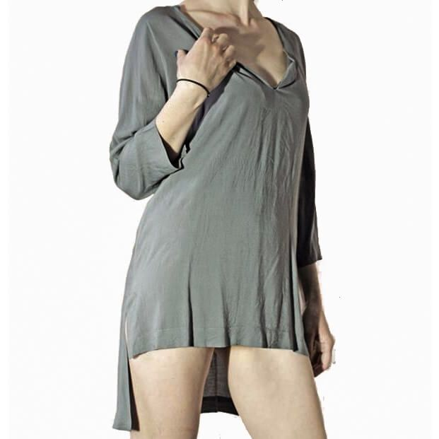 Γυναικεία ΜπλούζαΜπλούζα ημι-γυαλιστερή σε γκρι ανοιχτό χρώμα από δροσερό ελαφρύ ύφασμα.