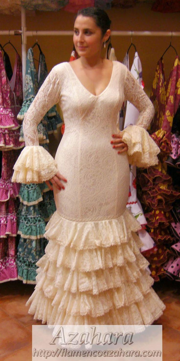 #Vestido de #flamenca para #novia en blanco roto, formado por #peina y #velo de encaje. #moda #flamenca #Fuengirola