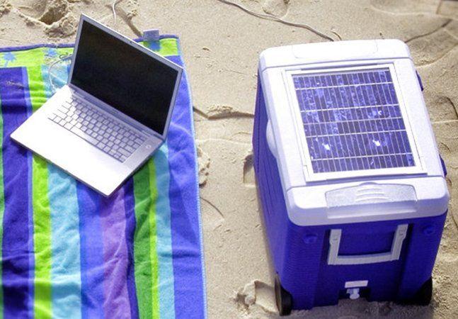 Deixar o isopor no sol é pedir para que as bebidas esquentem, a menos que você esteja usando o SolarCool. Ao usar a tecnologia para contornar o óbvio, esta empresa norte-americana criou um cooler inovador que utiliza a energia solar para alimentar um sistema de resfriamento, capaz de deixar suas bebidas a uma temperatura de 5°C por horas. A caixa, construída com plástico rígido, traz na tampa células de captação solar. A energia é então captada e usada no sistema de resfriamento e nas…