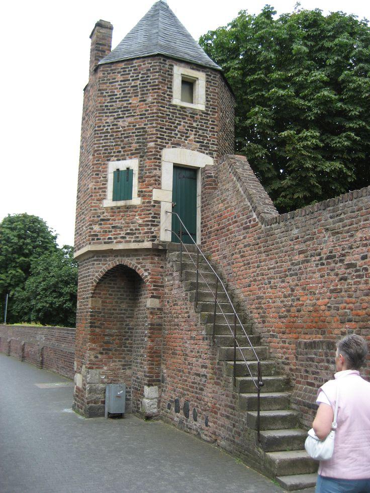 Torre Bartizan na parede oriental das muralhas da pequena cidade medieval de Zons, no estado da Renânia do Norte-Vestfália, Alemanha. Em alemão é  popularmente chamada de Pote de Pimenta.  Fotografia: Michael Reschke.