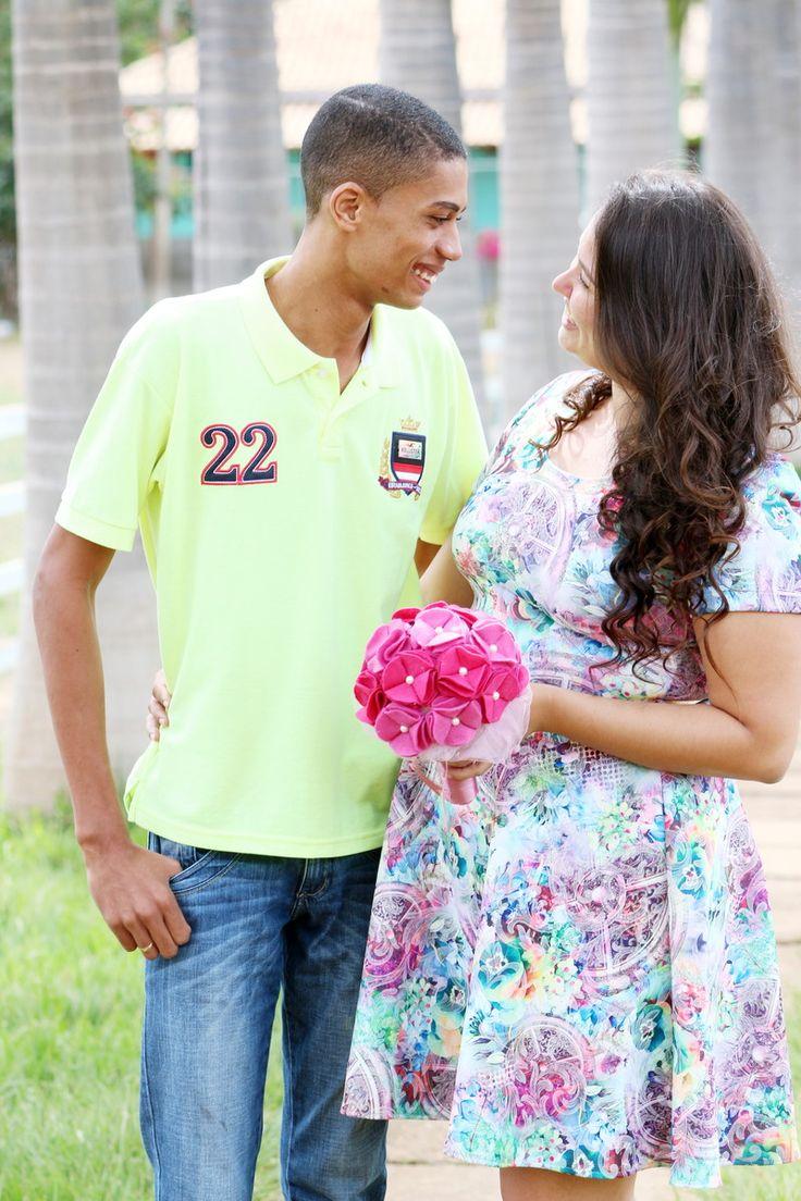 Lindo buquê pompom de flores de feltro, com cabo acabado em fita e flores com botão de pérolas envoltas com filó na foto estão os tons rosa claro e rosa escuro. <br> <br>Poderão ter acréscimos de broches e folhas verdes, favor consultar o preço. <br> <br>Fazemos na cor desejada! <br> <br>Ideal para noivas, damas de honra, para sessões fotográficas e decoração!
