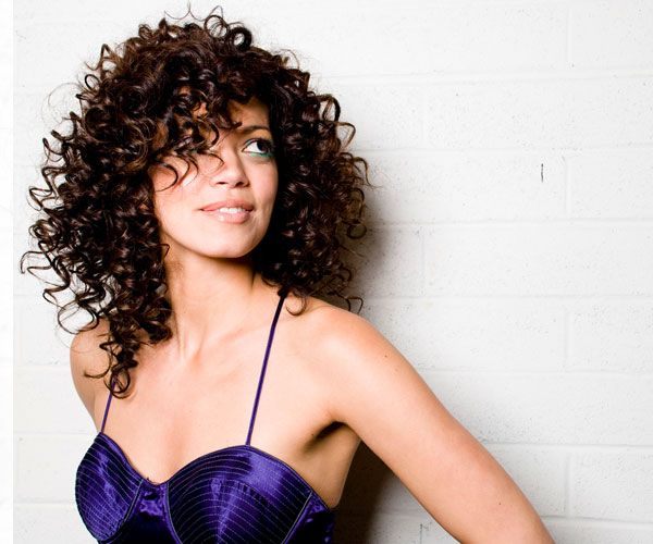 While it may seem impossible at times, taming curly hair is definitely possible with the right products. This guide will teach you how to tame curly hair.