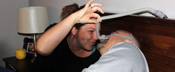 Ils partagent leur lit avec une machine pas trop sexy DRUMMONDVILLE   Les gens dont le conjoint souffre d'apnée du sommeil ont parfois l'impression de dormir aux côtés de Darth Vador.  L'annonce d'un diagnostic d'apnée du sommeil est souvent un choc pour l'intimité des couples qui, du jour au lendemain, doivent partager leur lit avec un appareil pas trop sexy.