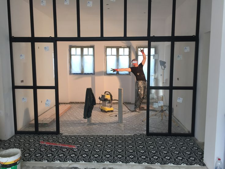 Work in progress ! Un carreleur ravi de poser ces carreaux de ciment fabriqués sur-mesure d'après un dessin original proposé par le propriétaire de cette belle demeure à Biarritz ! Des poulpes joyeux vont danser sur le sol de l'entrée ! www.bahya-deco.com