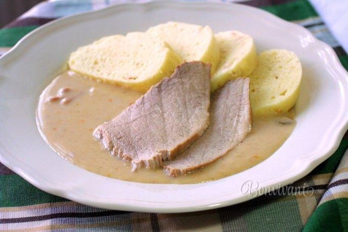 """Tento recept je vlastne zjednodušená verziu starej dobrej klasiky. Bravčové stehno by sa malo špikovať mrkvou, údeninou a sterilizovanou uhorkou, ale nie každý to má rád. Tak, aby sme nemuseli z mäsa niečo """"vyprčkávať"""" z mäsa preč, skúste túto verziu hamburského stehna."""