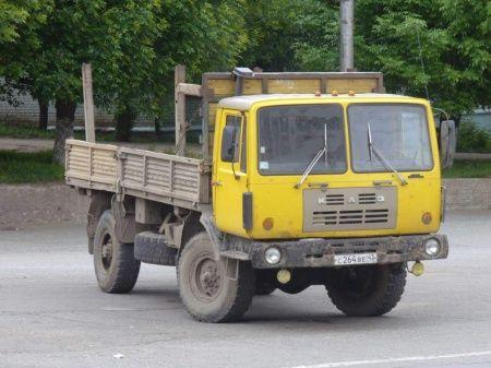 КАЗ-4540. Его дизель ЯМЗ-642 V6 (8140 см3,155 л.с.) был вынесен вперед за пределы колесной базы, а 8-ми ступенчатая коробка передач размещалась отдельно под грузовой платформой. Неотключаемый привод на все колеса имел более долговечные дисковые шарниры и блокируемые дифференциалы. Трансмиссия обеспечивала движение со скоростью от 2 до 70 км/ч. На базовом шасси создали опытные седельный тягач КАЗ-4440 (4x4) и 11,5-тонный грузовик 6x4.