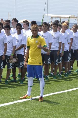 31-jan-2013 - #Neymar entrou no gramado ao lado de diversos garotos com sua máscara, como se fossem sósias do craque santista. Foto: André Muzell / AgNews.