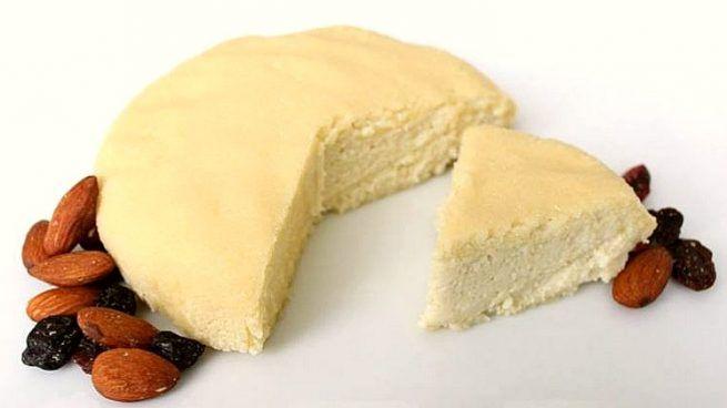 Descubre como preparar queso feta vegano, una alternativa al tofu con un sabor que te sorprenderá. Te contamos el paso a paso de la receta.