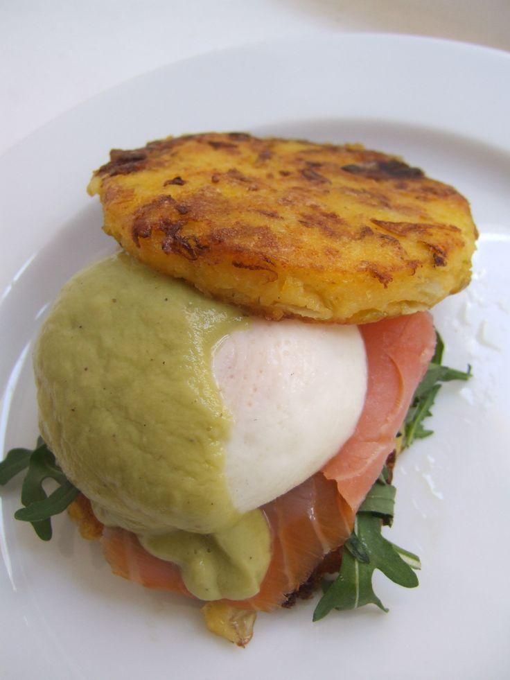 "Eggs benedict,milho Frito and avocado ""hollandaise"""