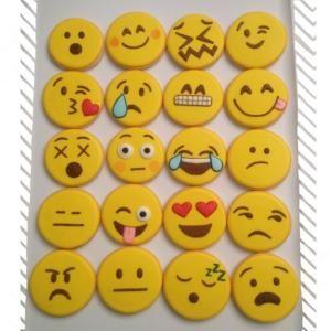 Estas cookies adorables emoticon sería perfecto para la fiesta de un adolescente! Consulte el blog de Holly Thomas para más sorprendentes ideas de diseño de la galleta: thedoughmestichousewife.blogspot.com por Krista.S