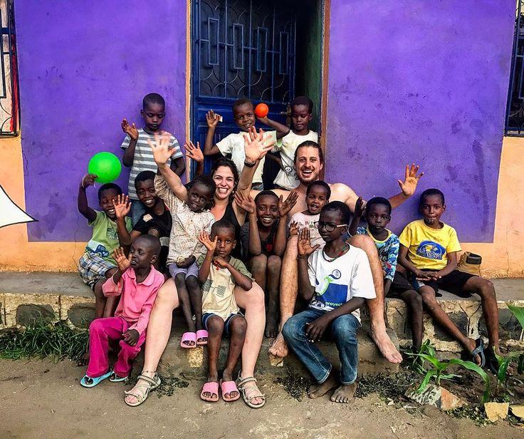 Hoy hemos visitado la ONG de Omo Child. Un lugar lleno de vida gracias a las increíbles y bellas personas que lo forman. Los ojos se llenan de lágrimas al ver a niños que transmiten tanta vida. Sus sonrisas te traspasan la piel y dejan huella. Ha sido un regalo poder pasar tiempo con estos niños abrazarnosjugar con ellos hacer unas fotos llevarles material escolar y unos globos. Hasta muy pronto Omo Child GRACIAS!!!