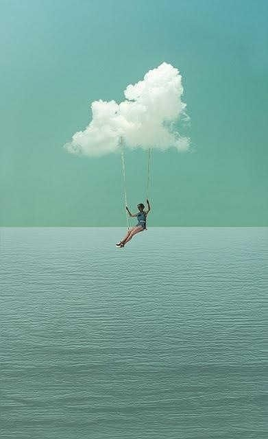 Een meisje zwevend op een schommel boven het water. Je ziet veel ruimte in deze afbeelding.