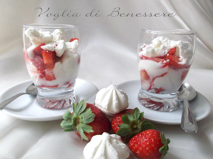 Dessert con fragole e meringhe
