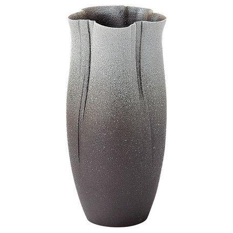 装いのうつわ…【花瓶】毎日の暮らしに彩りをそえる凛としたおもむき。土肌がやさしい信楽焼の花器は温かみを演出します。へちもんとは…[ふうがわりなモノ]の意味に使われた信楽の職人ことばがその名のもとです。自然が生み出す様々なカタチや、私達ひとりひとりの個性と同じように、いろいろな表情をもった器たち…。工業製品と言うより、どちらかと言うと農作物にとても近い感覚かもしれません。[不均質]の大切さを知っている熟達者が遊び心とまごころをいっぱい詰め込んでつくった器たちです。へちもんは、丸伊製陶株式会社の登録商標です。信楽焼とは…滋賀県甲賀市信楽町でつくられているやきもの。日本六古窯の一つと数えられ、1260年もの永い歴史があるといわれています。1976年(昭和51年)に国から伝統的工芸品の指定を受けています。(商品管理番号01)