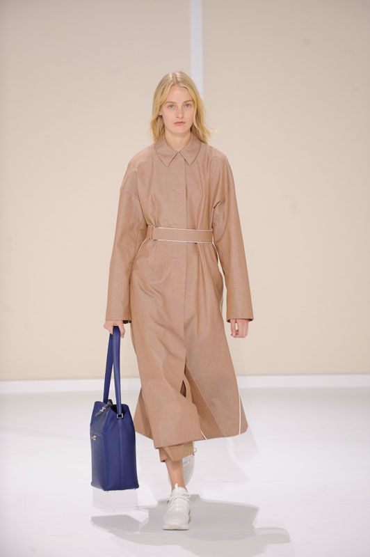 Belted trench coat in chestnut silk and linen canvas, skirt with inverted pleats in chestnut silk and linen canvas, Drag H bag in indigo blue Swift calfskin #Hermes #HermesFemme #WomensWear #Fashion