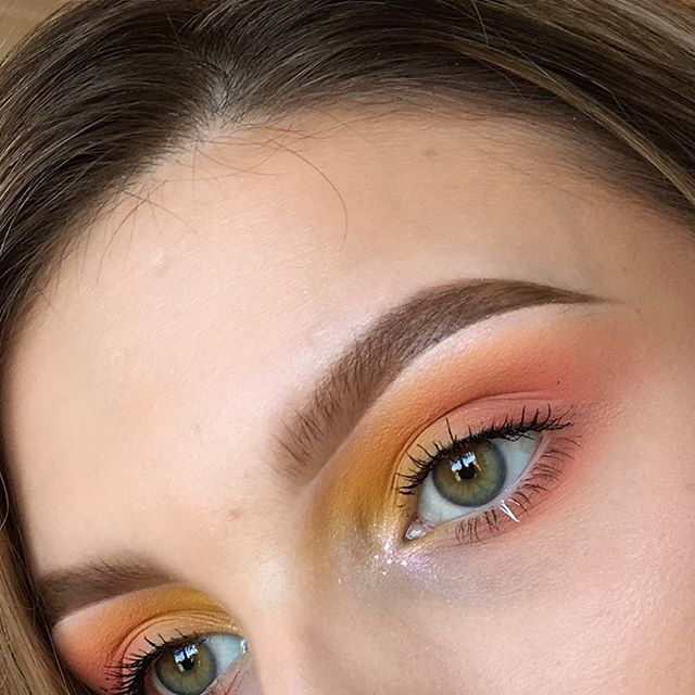very basic but my go to eyeshadow combo is pinks and yellows, they blend so well together! using: @esteelauder double wear foundation in Ecru • @lauragellerbeauty spackle colour correcting primer - I've been loving this at the moment • @sugarpill buttercupcake and flamepoint pro shadows • @nyxcosmetics_uk @nyxcosmetics white liquid liner • @anastasiabeverlyhills dipbrow in medium brown, clear brow gel and pink heart from the moonchild glow kit • @katvondbeauty clementine shadow from pastel…
