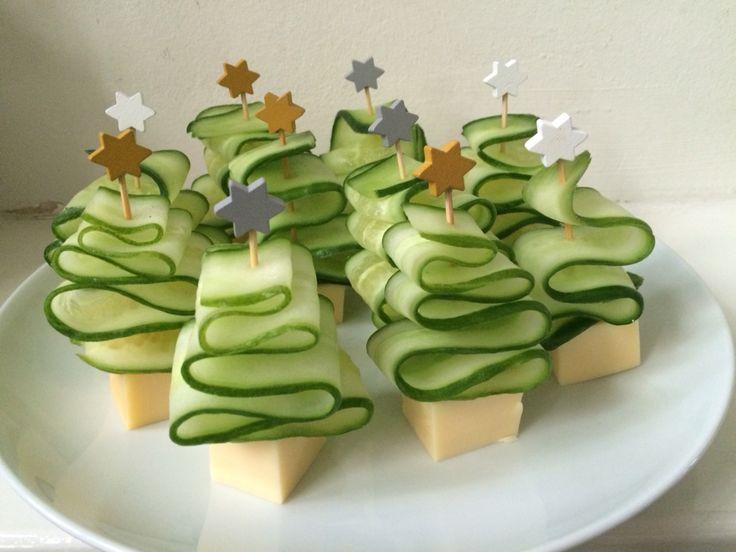 Komkommer kerstboompjes met blokje kaas (prikkers met ster te koop bij Dille & Kamille)